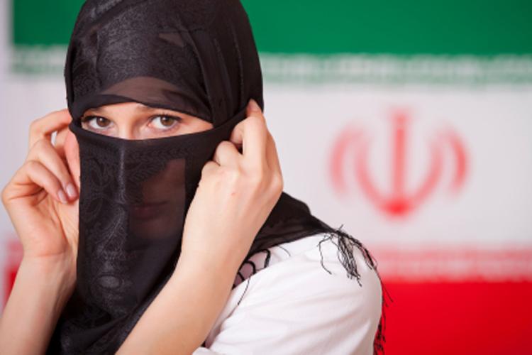 Слишком сексуальна молодую иранку выгнали из горсовета Казвина.