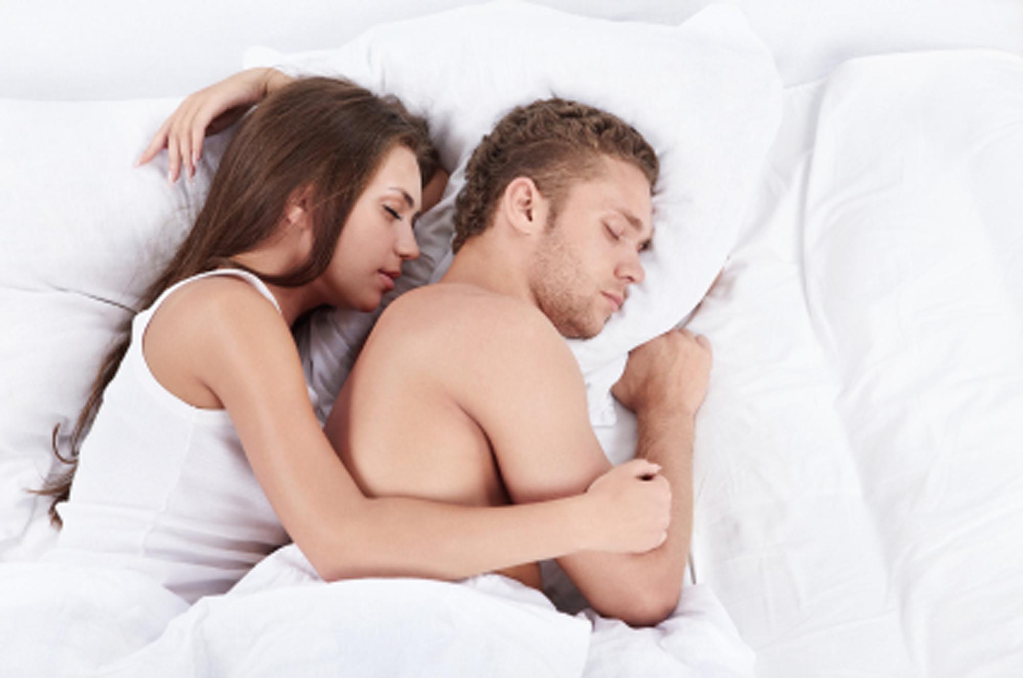 лежать в знакомым сон постели мужчиной со