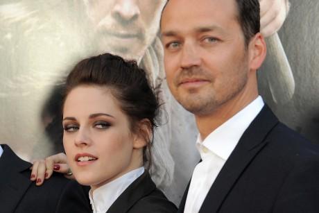 kristen stewart director apologies.jpeg 460x307 Kristen Stewart and director Rupert Sanders are apologizing publicly to ...