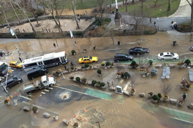 Water main breaks, flooding Lower Manhattan subways