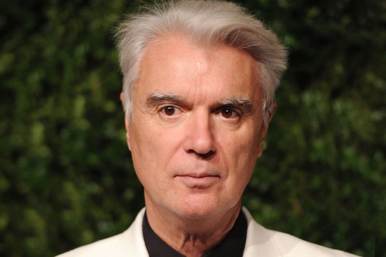 Cabello Teñido y peinado vistoso de David Byrne en 2018. Largo actual:  cabello corto