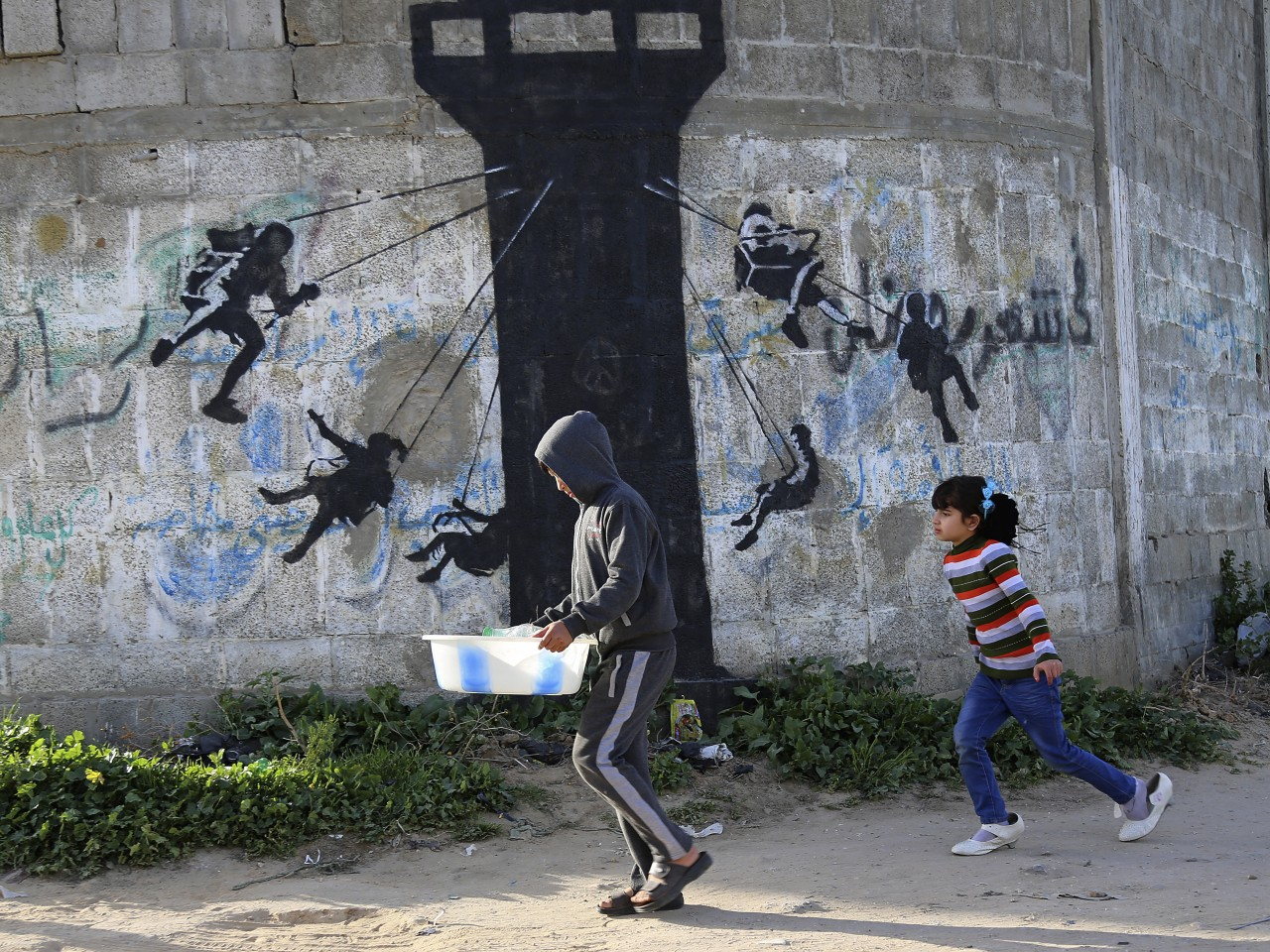 banksy graffiti art essay Art: an analysis of banksy by danny veekens posted on may 21, 2010 february 26, 2013 without a doubt, the most popular graffiti artist in the world is banksy, real identity unknown his art can be traced back to the early 1990's, but it wasn't until the turn of the decade when he really started to establish himself as a popular artist.
