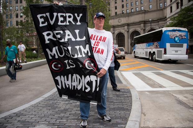 anti_muslim_protester.jpg