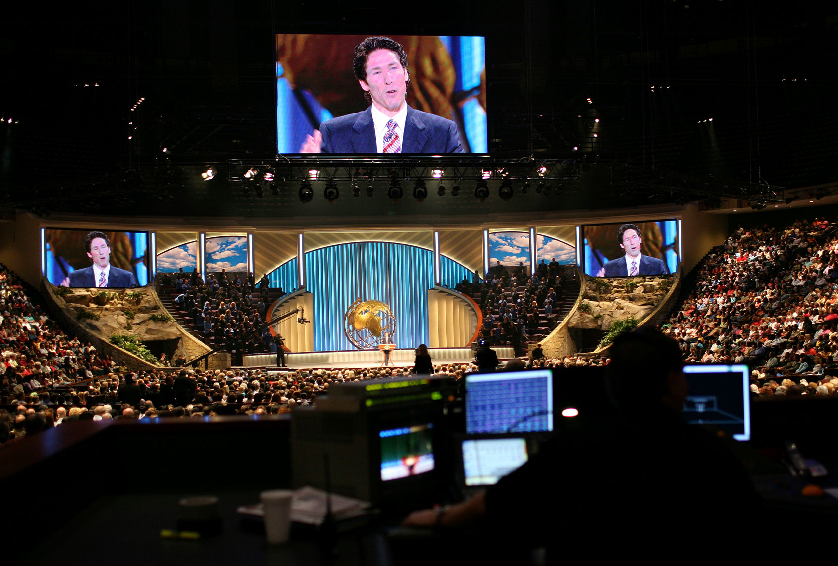 mega-church-joel-osteen-0402211.jpg